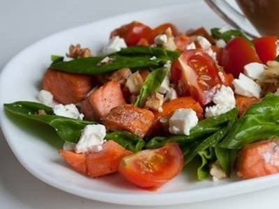 салат с лососем, шпинатом и помидорами