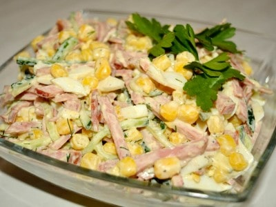 салат с огурцом и сыром и колбасой