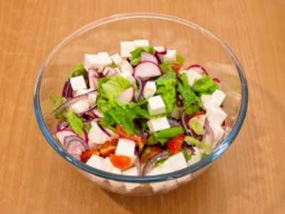 салат с редисом, помидорами и сыром фета
