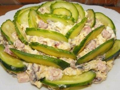 Салат со свежим огурцом, ветчиной, сыром, яйцом