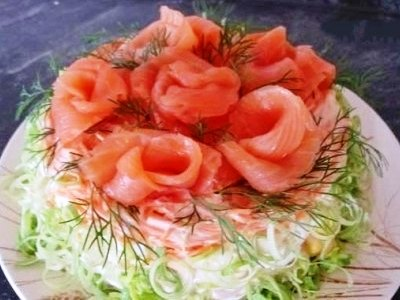 Слоеный салат с креветками, кукурузой и красной рыбой