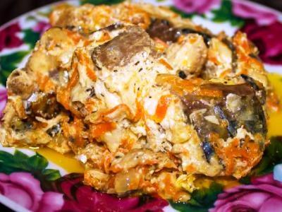 Скумбрия на сковороде, тушеная с морковью и луком