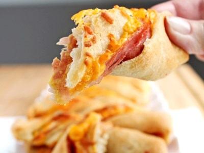 слоеные палочки с колбасой и сыром