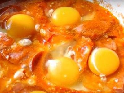 яичница с помидорами и сосисками