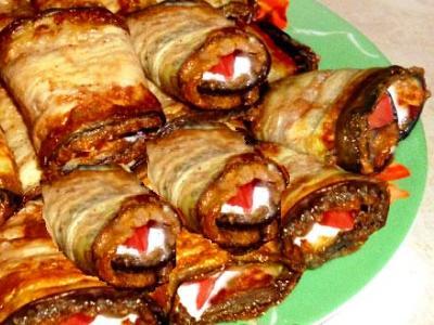 рулетики из баклажанов с сыром и чесноком и помидорами