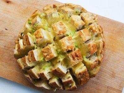 завтрак из хлеба с зеленым луком и сыром